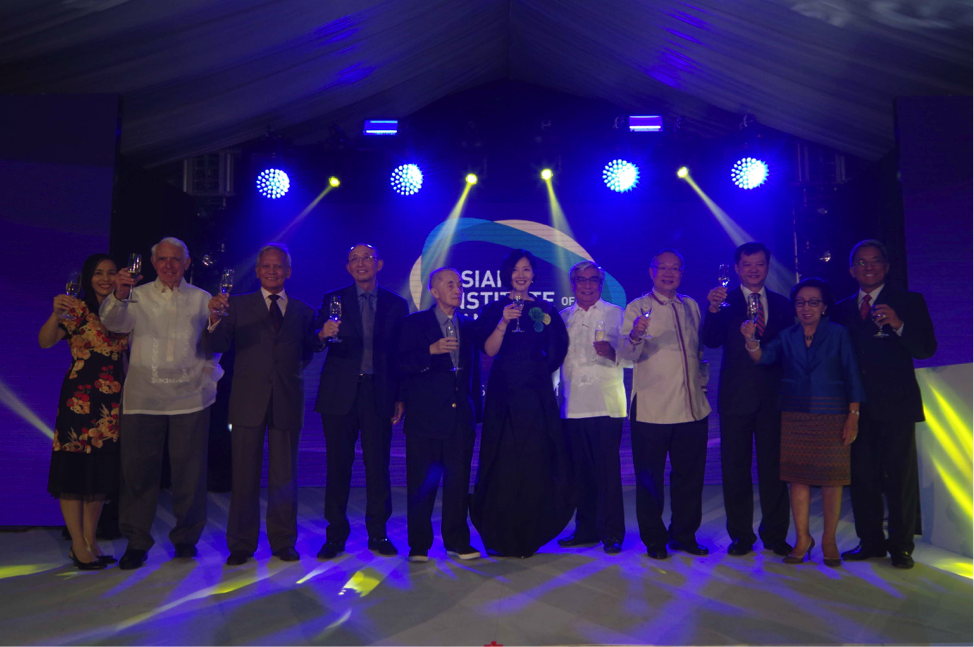Members of the AIM Board of Governors and Board of Trustees join Jikyeong and AAIM Chairman Greg Atienza to celebrate AIM's new visual identity. (From left) Tet Mañalac, Bud Sorenson, Gabby Paredes, Polly Nazareno, Oscar López, Jikyeong Kang, Arps De Vera, Robert Kuan, Philip Ng, Delia Albert, and Greg Atienza.